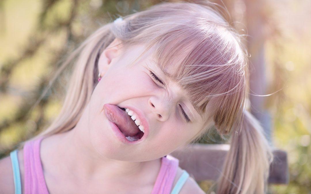 niña-sin-frenillo-lingual-saca-la-lengua