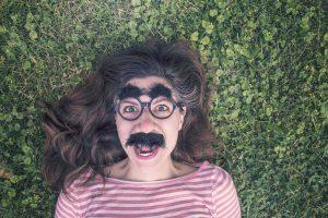 juego de las tonterias. Mujer con bigote