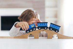 niño jugando tren palabras