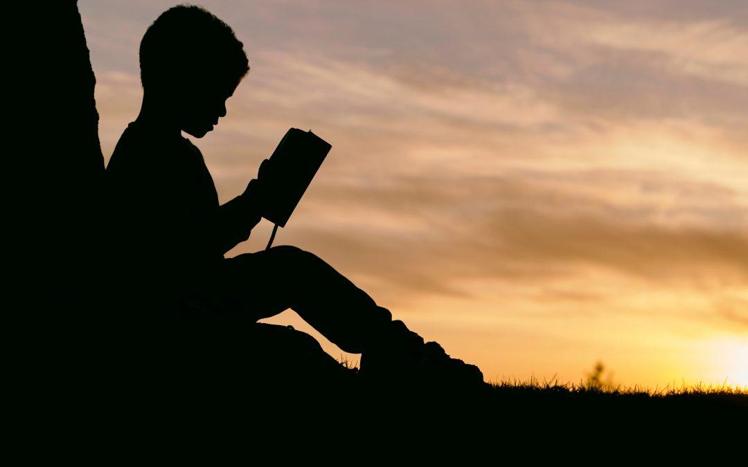 sombra de niño leyendo