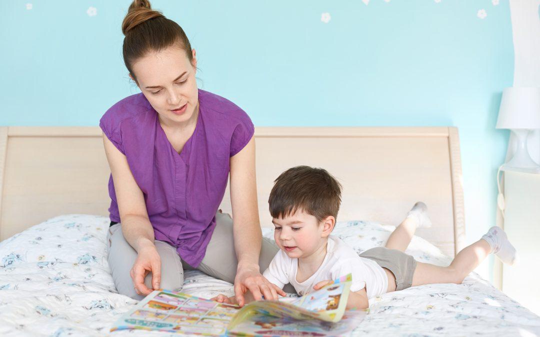 aprender a leer niño y mama